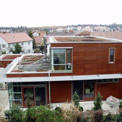 Flachdach-Bungalow mit außergewöhnlicher Holzfassade